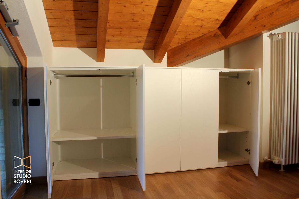Arredamento camera da letto in mansarda stile rustico - Idee armadio camera da letto ...