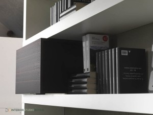 complementi-09-side-libreria-quercia-brown-laccata-inverno-interior-studio-boveri